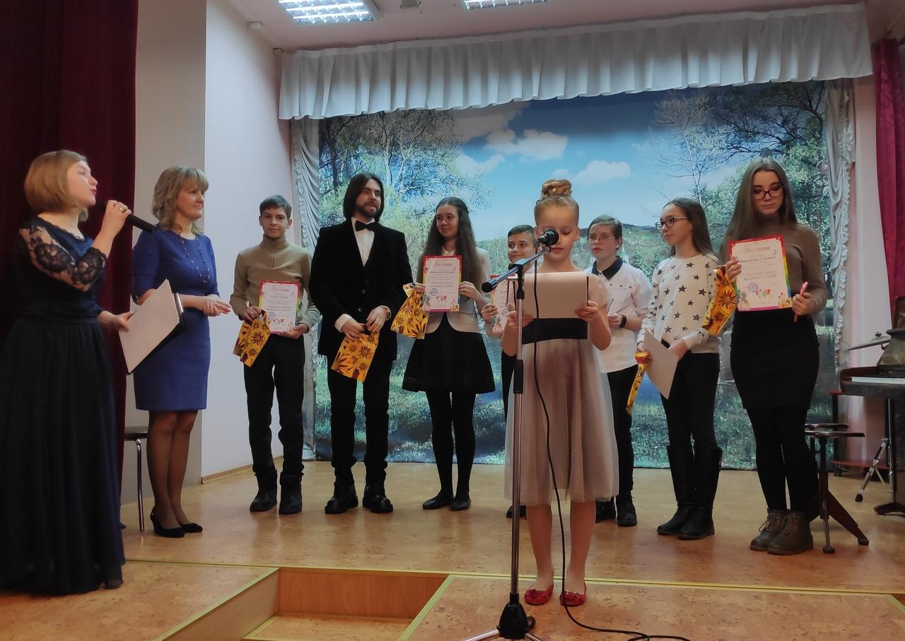 В Донецке открыли художественную выставку «Мир ярких красок, трепетных созвучий»