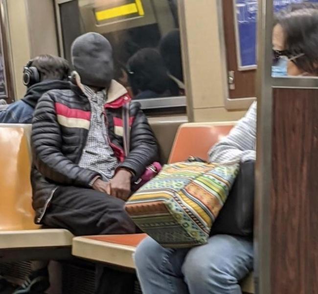 Забавные маски, которые можно встретить в метро во время коронавируса