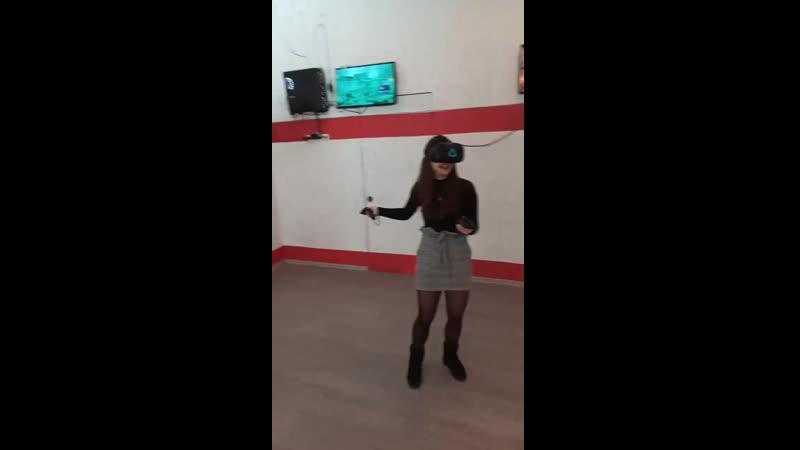 Девушки играют в VR Клуб виртуальной реальности SKYNET VR