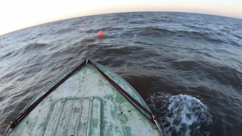 Экстремальная рыбалка сетями в море на прогресс 4. В легкий шторм.