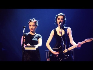 """PJ Harvey & Björk cover the Rolling Stones' """"(I Can't Get No) Satisfaction"""" @ the BRIT Awards 1994"""