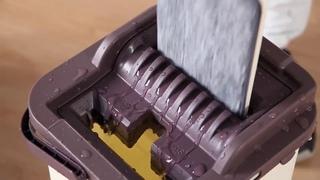 Плоская швабра с микрофиброй и ведром для отжима и полоскания.
