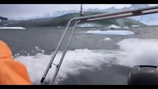 Опасные прогулки рядом с айсбергом #цунами #Гренландия