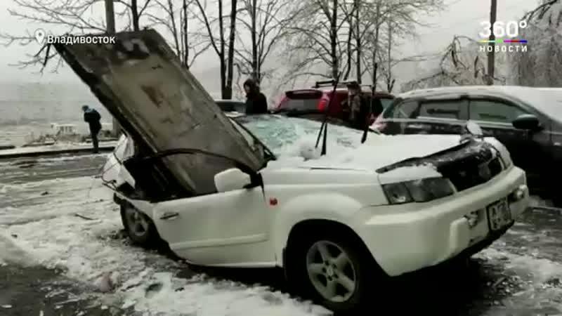 Бетонная плита рухнула на машину после ледяного дождя владелец чудом выжил