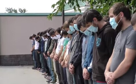 Сотня чеченцев нарушали правопорядок, из-за чего их выслали обратно в Чечню Молодые люди приехали в Москву под предлогом учебы и работы, но что-то пошло не так: мужчины чинили беспорядки в