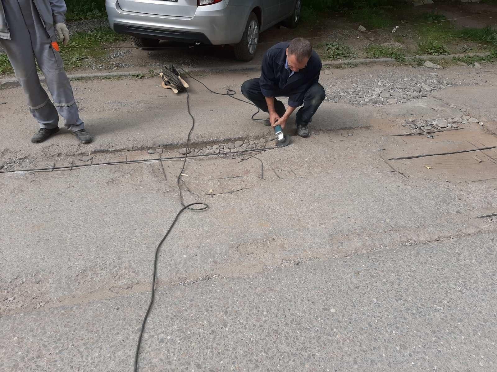 Московская 109 обрезали арматуру на дороге