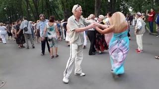 Растет,растет возле дома калина.Народные танцы,сад Шевченко,Харьков!!!.