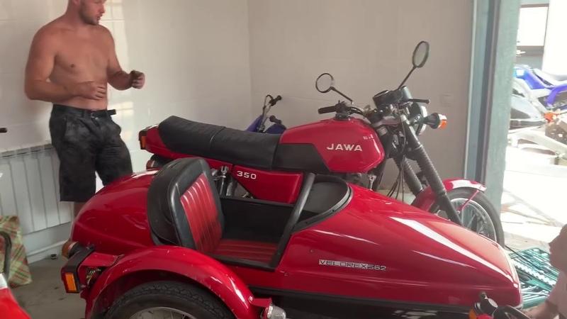 Александр Шлеменко ремонтирует мотоцикл JAWA