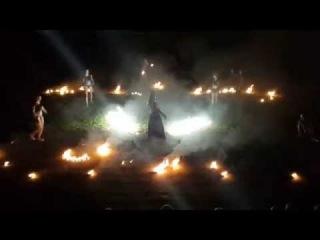 Девочки из спецотряда Патриот выступают с огненным шоу на Королевскую Ночь
