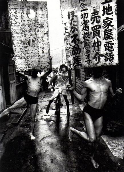 Тацуми Хиджиката, Казуо Оно, Йошито Оно. Хэппенинг в Токио, 1961 г. Фото William Klein