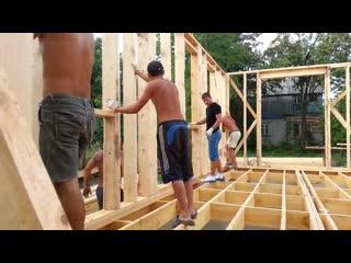 Поднимаем стену каркасного дома-Бери и Делай