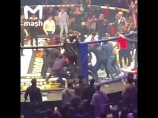 Бойцы ММА Исмаилов и Минеев устроили потасовку на турнире в Москве.