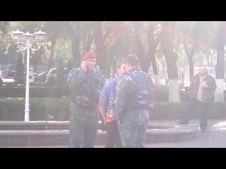 Парень уебал двух бойцов из отряда Беркут а в конце они его загнули раком в 2