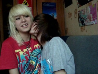 Челкастые девочки целуются -