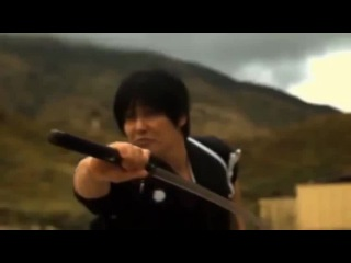 Японский самурай разрубает пулю