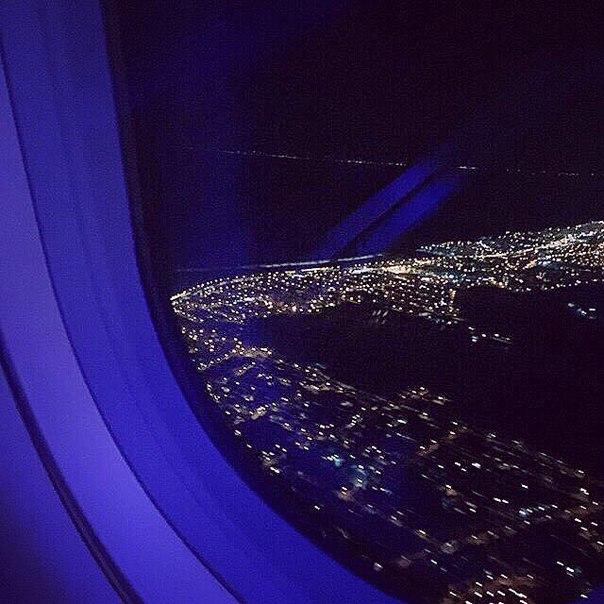 Фото в самолете девушки у окна без лица ночью