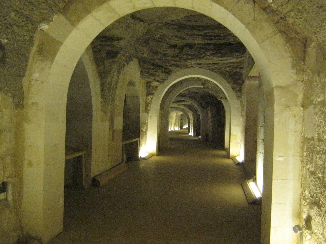 коридор в кладбище Серапеум в комплексе Саккара