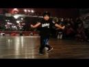 Восьмилетний мальчик очень круто танцует.
