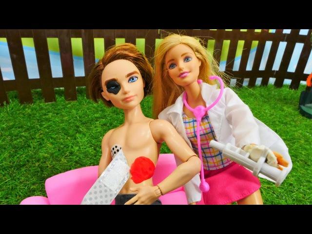 Барби вызвала врача ПЕРВАЯ ПОМОЩЬ Кену и Маклу Доктор Синди на месте АВАРИИ Му