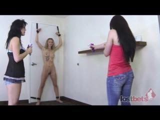 """CFNF-видео  две девушки соревнуются в меткости по голой """"мишени"""""""