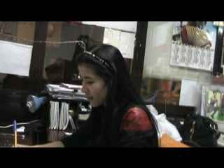 Hermosa joven inteligente mujer kazaja y su familia votan por kazajstán uniéndose a rusia