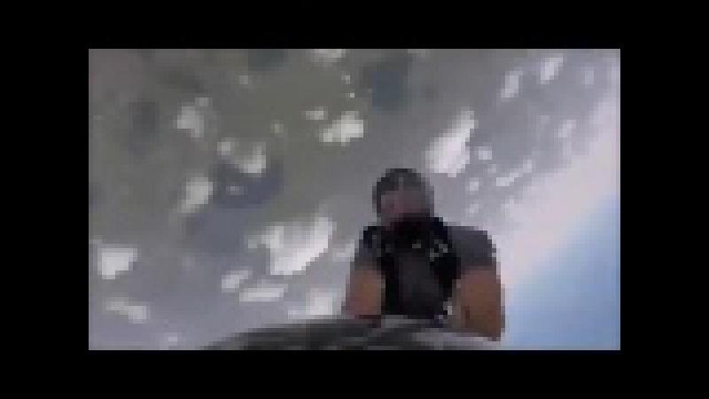 Uçaktan Atlarken Düşürdüğü Ayakkabısını Havada Yakalayan Şanslı Adam