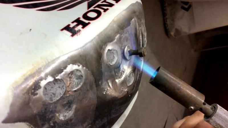 Рихтовка бака мотоцикла глубоких вмятин без споттера на примере Honda Hornet CB6