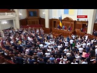 Верховная рада приняла закон о лишении депутатов неприкосновенности