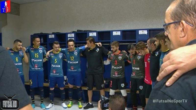 Falcão fala para companheiros no vestiário e puxa sua última reza com a camisa da seleção