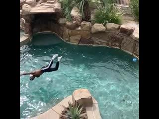 BlocBoy JB прыгает с балкона в бассейн
