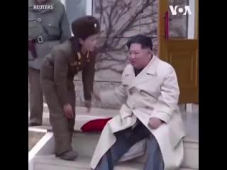 Радостный ким чен ын в окружении женщин-военных попал на видео