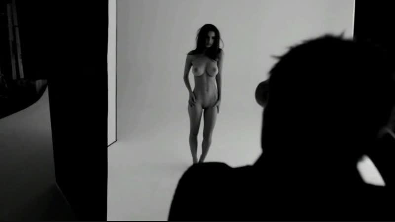Emily Ratajkowski Di Nuovo Nuda Per Una Linea Gioelli Assoass 1