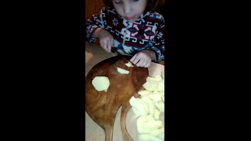 Молочь, но приятно, 6-ти летняя доч помогает готовить...