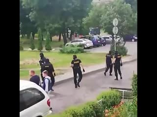 #necro_tv: В Минске в день выборов президента ОМОН во дворах задерживает людей