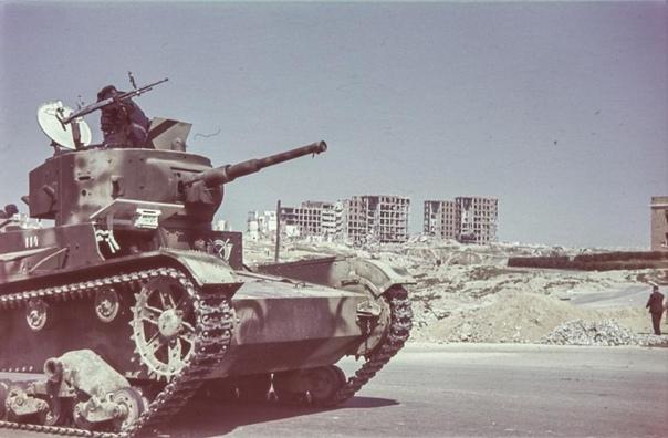 Танковые части испанской армии во время парада в Мадриде; ~ 1939-1940-й гг. На параде были продемонстрированы танки советского производства Т-26, немецкого Pz.I и итальянского L-3/33. Танки Pz.I