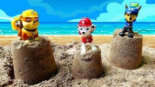 La Patrulla Canina hace un torre de arena. Juguetes Paw Patrol. Vídeos para niños