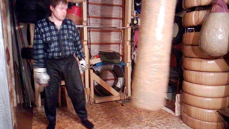 Макс Варвар Финт рукой вверх и удар кулаком в пах в приседе