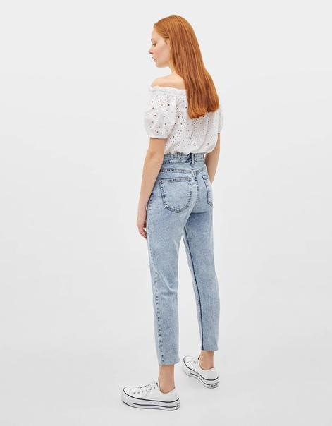 Укороченные джинсы облегающего кроя