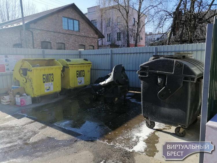 Неизвестные (может быть по неосторожности) уничтожают мусорные контейнеры в Бресте