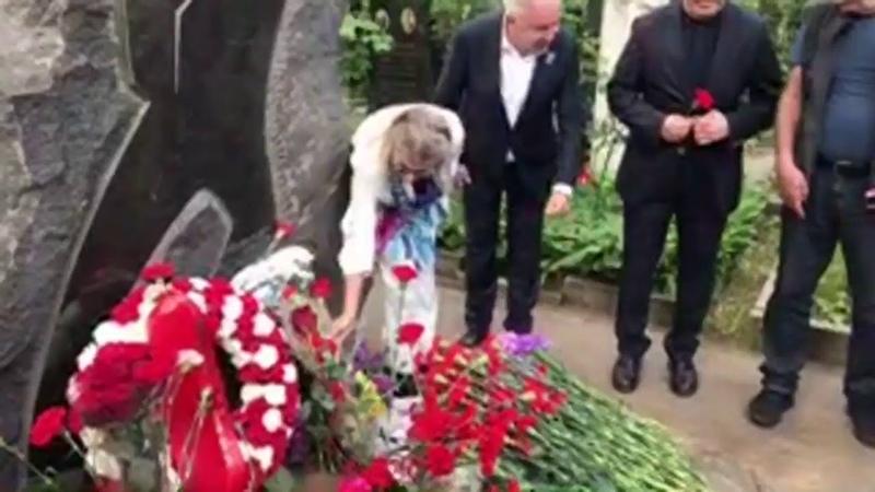 Nazım Hikmet 56 ölüm yıldönümünde Moskova'da mezarı başında anılıyor
