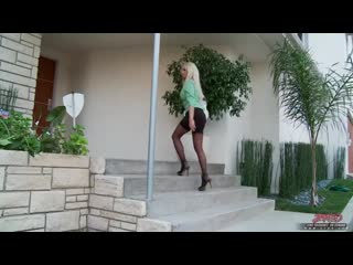 Diana doll. ботан трахнул шикарную, зрелую блондинку в чёрных чулках и кончил на её грудь. sexy pretty girl cougar stockings tit