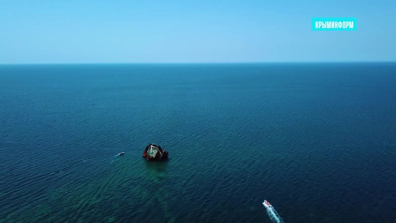Затонувшая баржа как туристический объект возле мыса Тарханкут