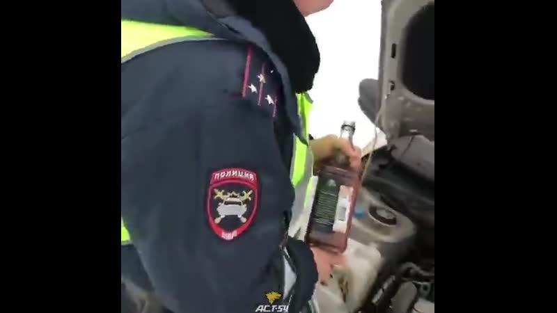Сотрудники ГИБДД в Новосибирске залили в служебный автомобиль виски вместо омывающей жидкости aquilan