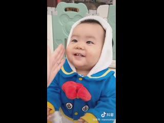 Мама VS папа: как надо мазать лицо ребенка кремом. Почувствуйте разницу.