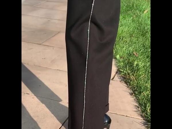Сверкающий верх с ультрамодными объемными плечами брюки с высокой талией и лампасами ✨Круто же?