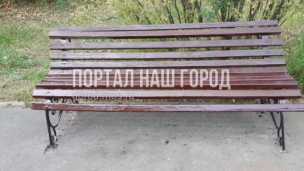Коммунальные службы починили скамейку в парке «Кузьминки-Люблино»