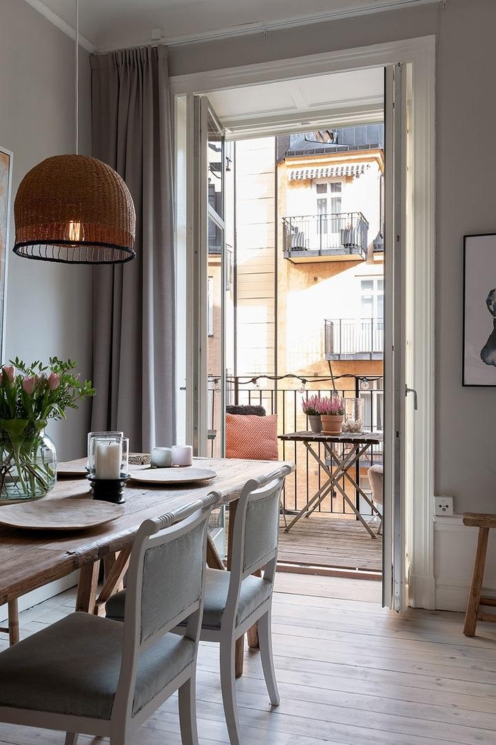 Этно ковёр и предметы мебели в деревенском стиле: интересная скандинавская квартира (62 кв.