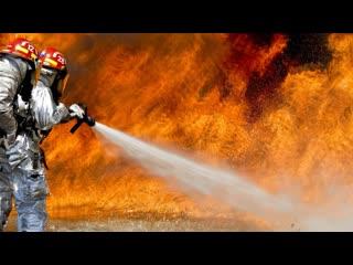 Пожарный заливает огонь / fireman flame water