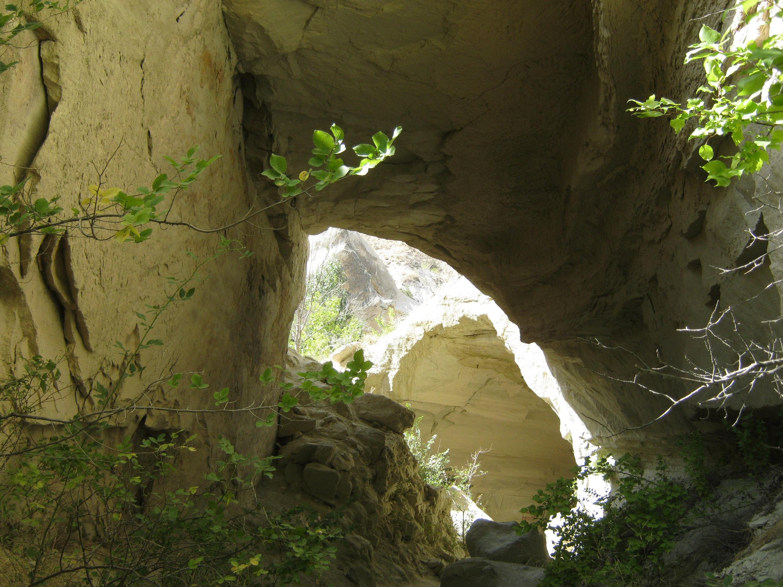 В долинах Каппадокии много природных туннелей