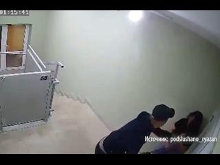 Под Рязанью мужик избил в подъезде свою женщину и угрожал соседям в общедомовом чате